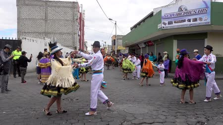 tradição : Latacunga, Ecuador  -  20180925  -  Couples Show Traditional Ecuadorian Dance in the Street
