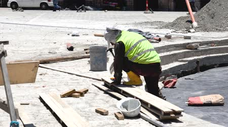 restaurar : Cuenca, Ecuador  -  20180920  -  Worker Pounds Nails For Park Reconstruction Project
