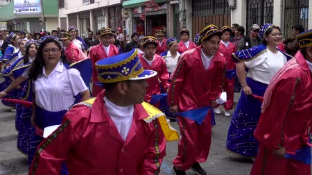 парад : Latacunga, Ecuador  -  20180925  -  Men In Red Dance With Women In Blue in Mama Negra Parade