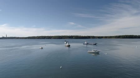 паром : Chebeague Island, Maine  -  20181006  -  Aerial Drone  -  Fly Out Over Boats In Bay Стоковые видеозаписи