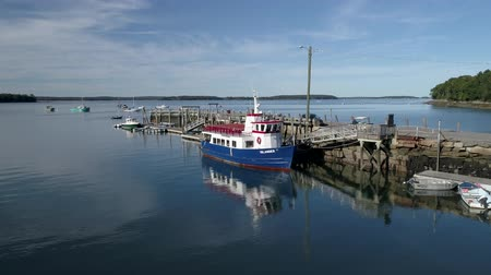 паром : Chebeague Island, Maine  -  20181006  -  Aerial Drone  -  Fly Towards Ferry At Dock With Reflection Стоковые видеозаписи