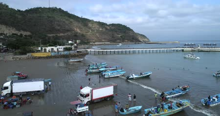 linha de costa : Puerto Lopez, Ecuador - 20180913 - Drone Aerial  -  Fly Towards Beach Showing Boats