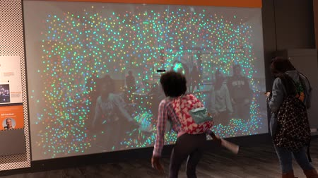 érintőképernyő : Boston, Massachusetts - 20181023 - Museum of Science  -  Girls Dance in Front of Interactive Display  -  with audio Stock mozgókép