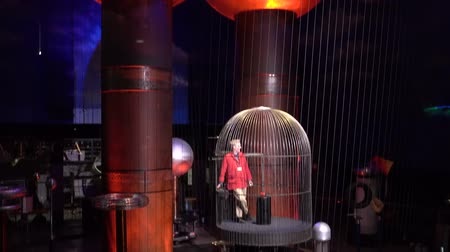 vonk : Boston, Massachusetts - 20181023 - Museum of Science  -  Man Rides Up Faraday Cage Discussing Lightning  -  with audio Stockvideo