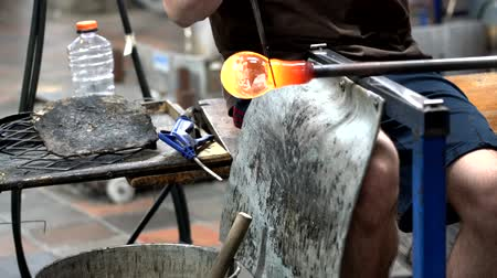 řemeslníci : Woodstock, Vermont  -  20181013  -  Red Hot Glass Is Worked By Artist Using Forming Tools 4K