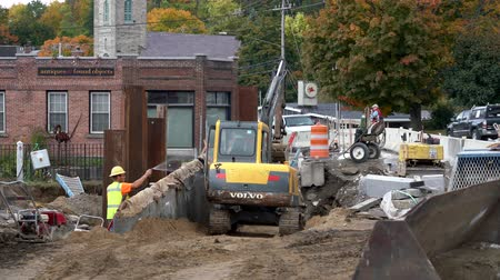 águas : Middlebury, Vermont  -  20181010  -  Construction Crew Smooths Ramp With Catepillar While Partner Waters Dirt