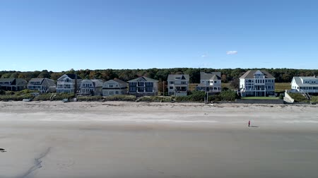 沿岸の : Exeter, New Hampshire  -  20181016  -  Aerial Drone  -  Pan Along Beach Looking At Beachfront Mansions and People Walking 4K