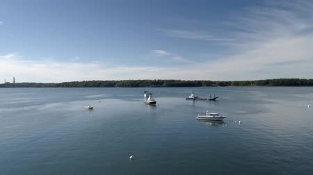 паром : Chebeague Island, Maine  -  20181005  -  Aerial  -  Drone Flies Over Boats In Harbor