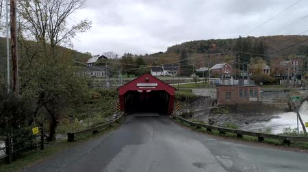 フォロー : Taftsville, Vermont  -  20181012  -  Aerial Drone  -  Car Drives In and Then We Follow Towards Waitsfield Covered Bridge in Vermont