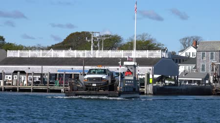 паром : Marthas Vineyard, Massachusetts - 20181022 - Tiny Car Ferry Arrives Starts Towards Chappaquiddick Island
