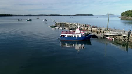 паром : Chebeague Island, Maine  -  20181005  -  Aerial Drone Timelapse 2X  -  Chebeague Island Ferry Leaves Dock Стоковые видеозаписи
