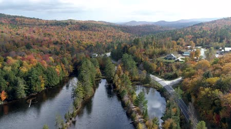 klon : Chittenden, Vermont  -  20181009  -  Fly Over Lake Towards Small Town in Fall in Vermont Wideo