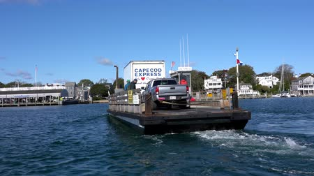 паром : Marthas Vineyard, Massachusetts - 20181022 - Tiny Car Ferry Arrives Leaves Chappaquiddick Island