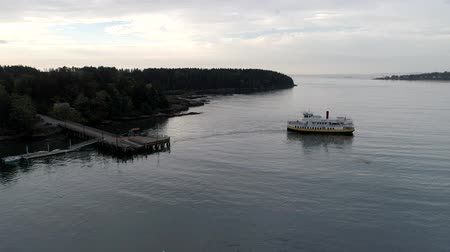 паром : Chebeague Island, Maine  -  20181007  -  Drone Aerial  -  Drone Shows Chegeague Island Leaving Dock