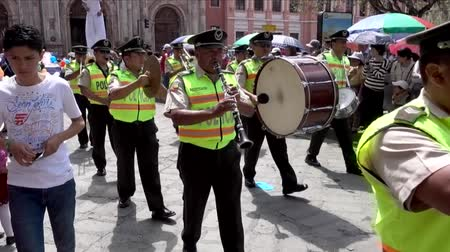 парад : Cuenca, Ecuador - 20160206 - Police Band Marches in Parade Followed by Man on Stilts Стоковые видеозаписи