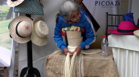 chapéu : Cuenca, Ecuador - 20181003 - Cuenca Independence Day Festival  -  Indigenous Woman Shows How to Make Panama Hat Vídeos