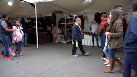 megtöltött : Cuenca, Ecuador - 20181003 - Cuenca Independence Day Festival TimeLapse  -  Pan Across Outdoor Row of Vendor Tents Filled with Customers