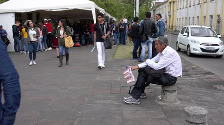 comerciante : Cuenca, Ecuador - 20181003 - Cuenca Independence Day Festival  -  Wide Shot of Lottery Ticket Vendor Shouting His Wares and Then Making Sale Vídeos