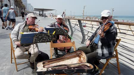 composição : Tel Aviv, Israel - 2019-04-27 - Elderly String Musicians at Beach with Sound 2 - Looking Down Boardwalk.