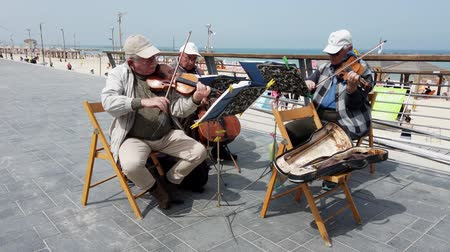 composição : Tel Aviv, Israel - 2019-04-27 - Elderly String Musicians at Beach with Sound 3 - Looking Toward Beach.