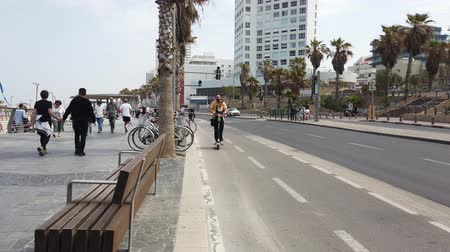 ciclo : Tel Aviv, Israel - 27042019 - Carril bici en Busy Road 2 - Scooters eléctricos. Archivo de Video