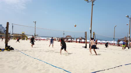 voleybol : Tel Aviv, Israel - 2019-04-27 - Beach Volleyball 3 - 4 men difficult point. Stok Video