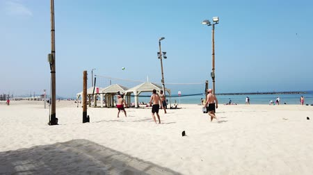 дружелюбный : Tel Aviv, Israel - 2019-04-27 - Beach Volleyball 2 - 6 men difficult point. Стоковые видеозаписи