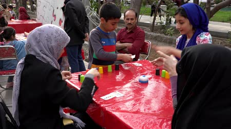 perser : Teheran, Iran - 03.04.2019 - Street Fair Entertainment 21 - Kinder stapeln Cups Spiel 1. Videos