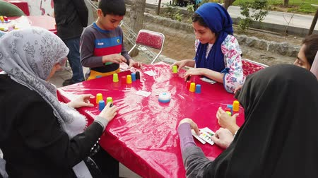 perser : Teheran, Iran - 03.04.2019 - Street Fair Entertainment 22 - Kinder stapeln Cups Spiel 2.