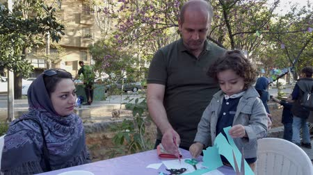 organizar : Teherán, Irán - 2019-04-03 - Street Fair Entertainment 9 - Children Craft Table 1. Archivo de Video