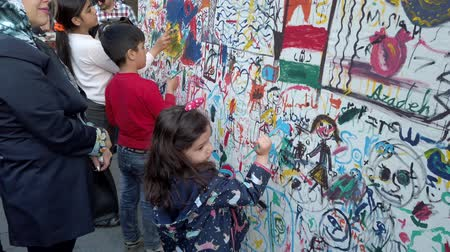 papeles : Teherán, Irán - 2019-04-03 - Street Fair Entertainment 8 - Niños pintando la pared. Archivo de Video
