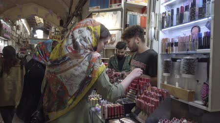 достигать : Tehran, Iran - 2019-04-03 - Busy Bazaar Woman Shops For Cosmetics. Стоковые видеозаписи