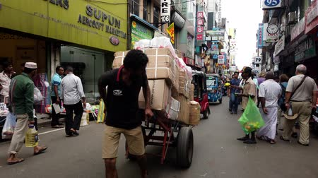 партия : Colombo, Sri Lanka - 2019-03-21 - Manual Pulled Hand Truck On Road.