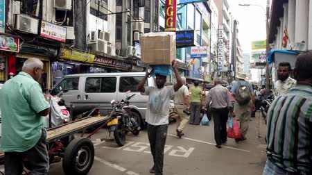 партия : Colombo, Sri Lanka - 2019-03-21 - Man Carries Heavy Boxes On Head. Стоковые видеозаписи