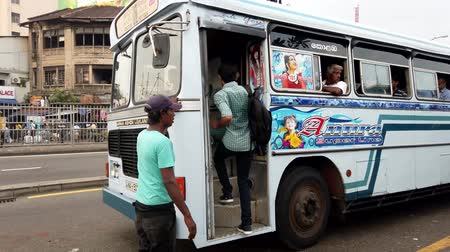 kap : Colombo, Sri Lanka - 2019-03-21 - Busker Gets More Riders for Bus.