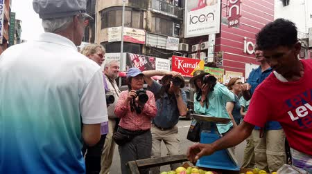 alku : Colombo, Sri Lanka - 2019-03-21 - Photographers Swarming Fruit Vendor. Stock mozgókép