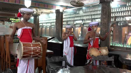 trąbka : Colombo, Sri Lanka - 2019-03-21 - Temple Band Plays with Two Drums and One Haranava.