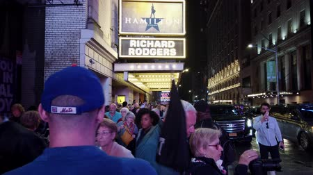 объявлять : New York City, New York - 2019-05-08 - Broadway 2 Hamilton Theater Marquee Crowds. Стоковые видеозаписи