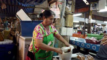 stragan : Lampang, Thailand - 2019-03-07 - Market Vendor Makes a Sale. Wideo