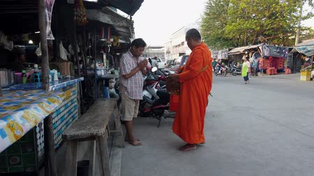 požehnat : Sukhothai, Thailand - 2019-03-06 - Man Makes Donation To Monk Who Then Blesses Man.