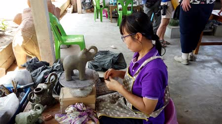 borowina : Sukhothai, Thailand - 2019-03-06 - Sculptor Puts Ears On Clay Elephant. Wideo