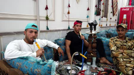 respiração : Kerman, Iran - 2019-04-06 - Friends Smoke a Water Pipe in a Restaurant. Vídeos