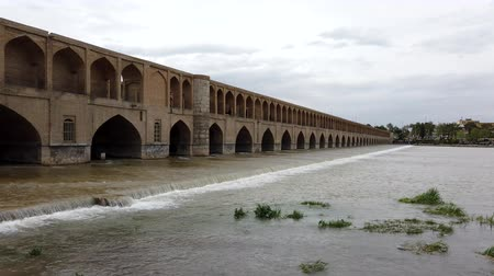 anão : Isfahan, Iran - 2019-04-12 - Si-o-se-pol Bridge is Most Famous in Town 1 - Daytime Downstream.