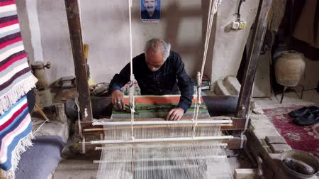 têxteis : Isfahan, Iran - 2019-04-12 - Elderly Man Weaves Aliaqa Cloak 3 - Front Long.