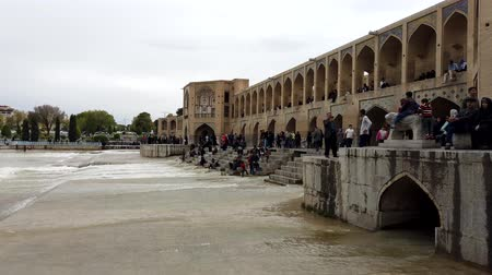 고대 : Isfahan,이란-2019-04-12-Si-o-se-pol Bridge는 Town 6-Daytime DownStream Crowds에서 가장 유명합니다.