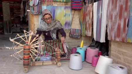têxteis : Isfahan, Iran - 2019-04-12 - Woman Spins Yarn 1.