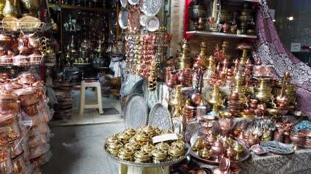 sárgaréz : Isfahan, Iran - 2019-04-12 - Street Vendor Has Huge Inventory of Copper and Brass Items. Stock mozgókép