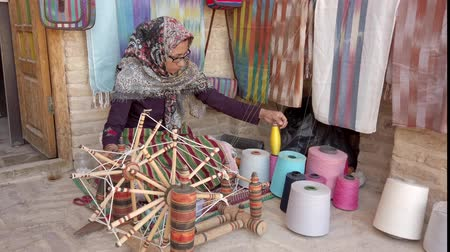 têxteis : Isfahan, Iran - 2019-04-12 - Woman Spins Yarn 3 - High View. Stock Footage