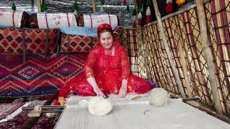 rode draad : Shiraz, Iran - 2019-04-09 - Qashqai Woman in Red Weaves Carpet.