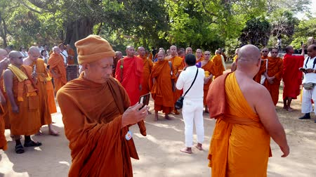 meditazione : Polonnaruwa, Sri Lanka - 23-03-2019 - Monks On Tour 2 - Scattare video e selfie. Filmati Stock